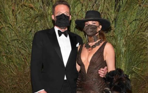 Джей Ло и Бен Аффлек страстно поцеловались сквозь маски на Met Gala 2021