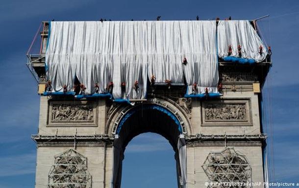 У Парижі Тріумфальну арку накрили тканиною