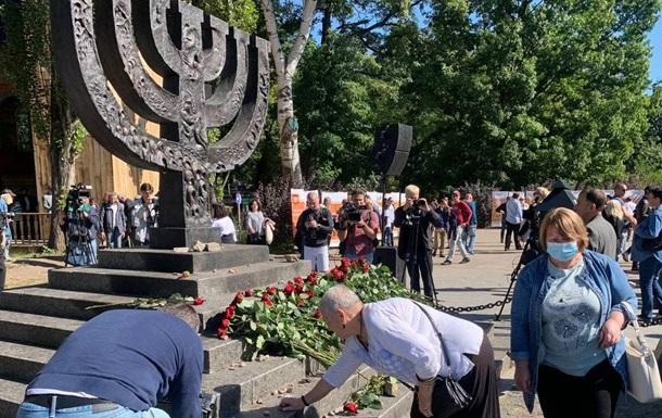 80-річчя трагедії в Бабиному Яру: тисячі людей вшанували пам ять загиблих