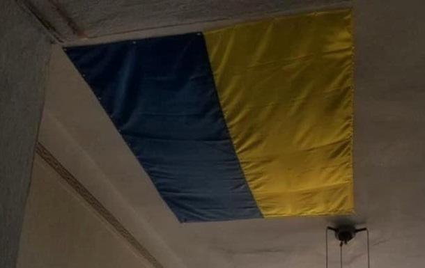 В Николаеве дырку в потолке райадминистрации замаскировали флагом Украины