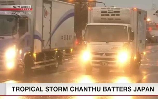 На Японію насунувся потужний тайфун