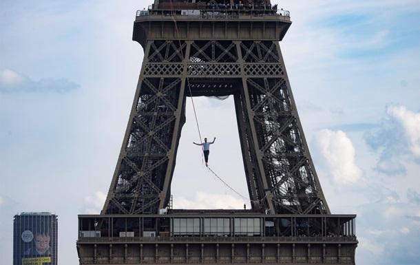 У Парижі канатоходець пройшов понад півкілометра на висоті 70 метрів