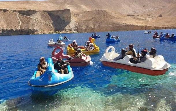 Таліби покаталися на човниках-лебедях із гранатометами