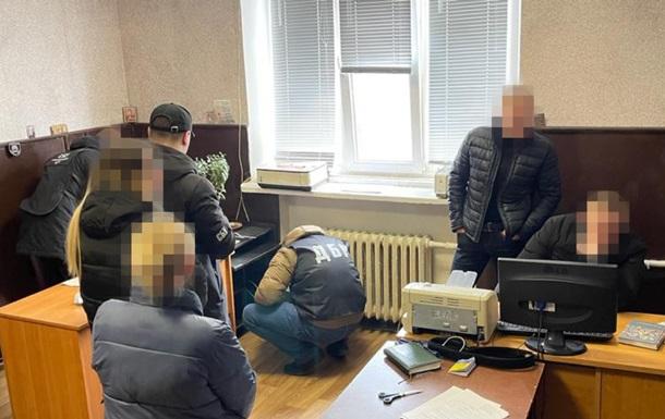 ДБР затримало банду поліцейських, яка `вибивала` гроші з невинуватих