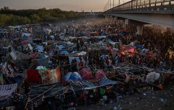 У Техасі мігранти збилися в багатотисячний табір