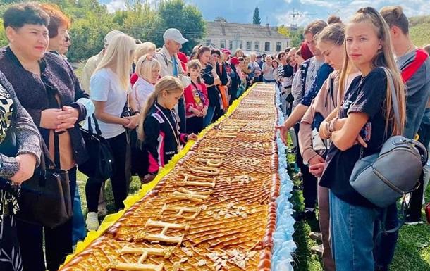 У Черкасах спекли рекордно довгий яблучний пиріг