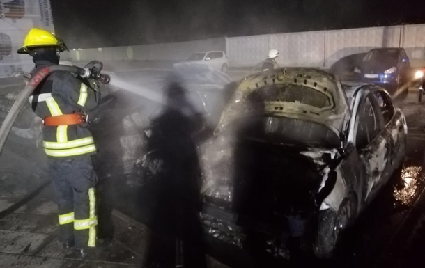 П ять авто згоріли на парковці ЖК під Києвом