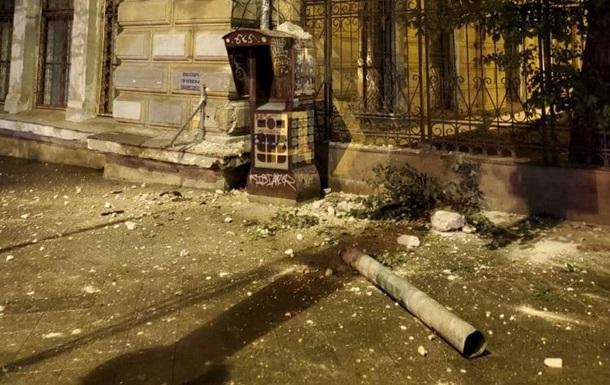В Одессе со здания библиотеки рухнула часть фасада