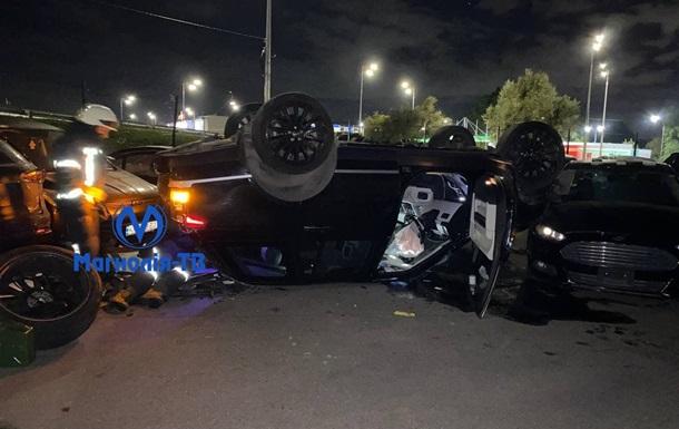 У Києві позашляховик влетів на парковку і перекинувся на дах