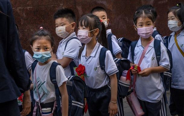 У Китаї почали вшивати мікрочипи в форму школярів
