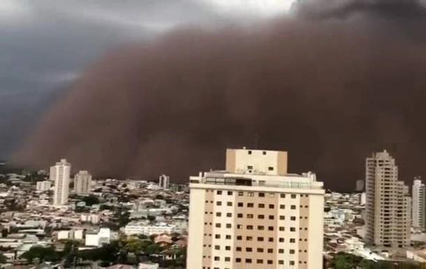В Бразилии песчаная буря накрыла город