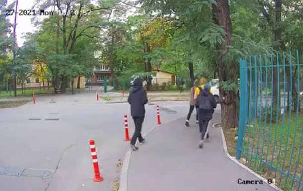 Ограбление подростка в Киеве попало на видео