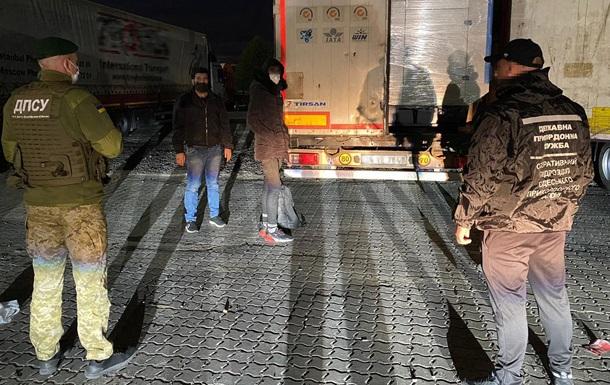 В порту Черноморска нашли нелегалов в фуре с тканями