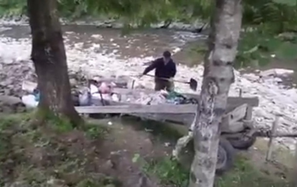У парку Синевир в Карпатах чоловік викинув у річку причіп сміття