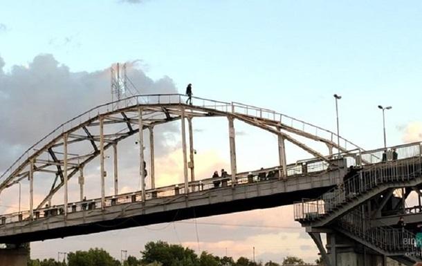 У Дніпрі дівчина робила селфі на опорі мосту