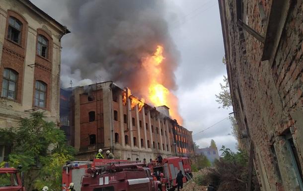 У Мукачеві велика пожежа на території колишнього заводу