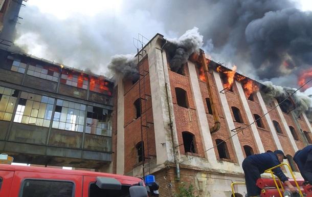 Пожежу на колишньому заводі в Мукачеві загасили