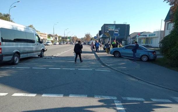 На Киевщине авто вылетело на автобусную остановку, пострадала женщина