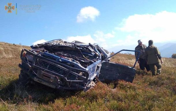 На Закарпатті автомобіль перекинувся за спроби заїзду на вершину