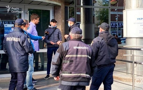 Журналісти Схем повідомили про напад під час інтерв ю в Укрексімбанку