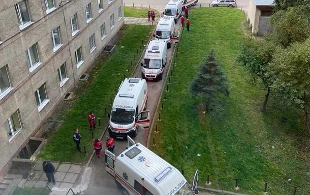 В больнице во Львове скорые с COVID-больными стоят в очереди