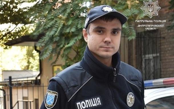 Лежали на вулиці без свідомості: на Дніпропетровщині патрульний врятував дівчаток