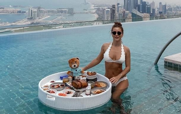 Сожженные деньги и снимок в бассейне: фото дня