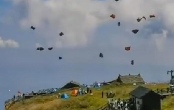 В Китае десятки торговых палаток оказались в небе