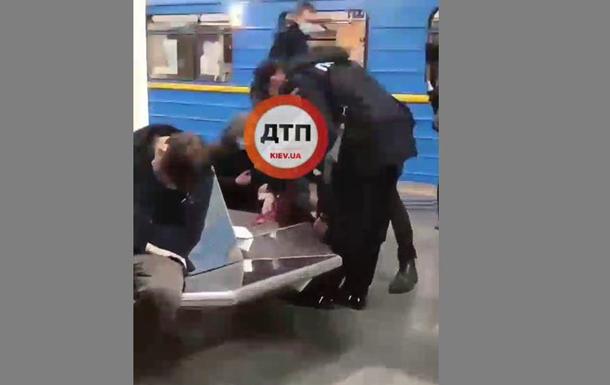 У метро Києва серйозно поранили пасажира