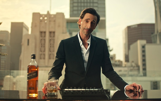 Актер Эдриен Броуди пьет виски и говорит Будьмо! в рекламе Johnnie Walker