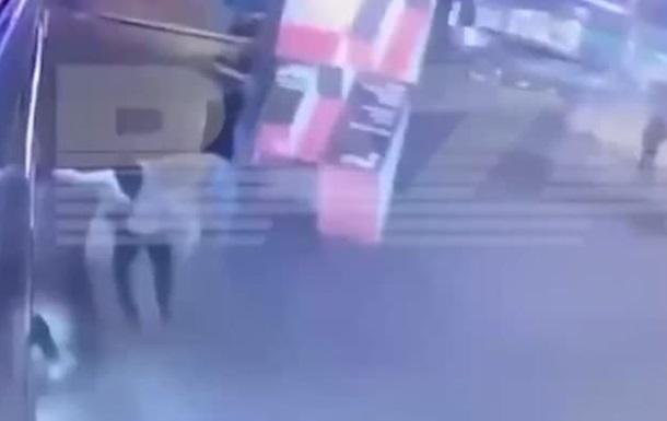 В Москве женщина во время драки упала под автобус. 18+