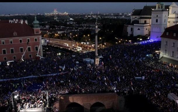 Тысячи поляков вышли на акцию в поддержку членства Польши в ЕС