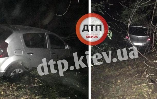 У Києві авто злетіло в канал, водій втік