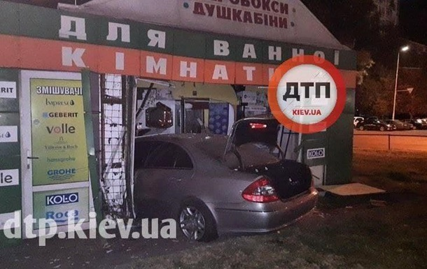 У Києві авто влетіло у павільйон для ванних кімнат