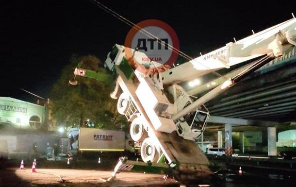 В Киеве с моста упал кран во время съемок фильма