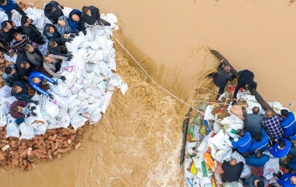 Потужні зливи в Китаї призвели до евакуації двох мільйонів людей