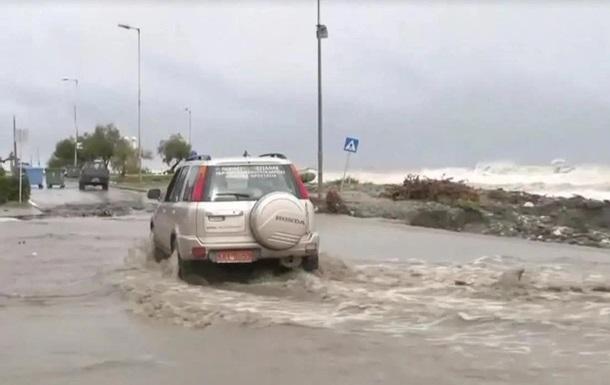 У Греції шторм перетворив вулиці на річки бруду