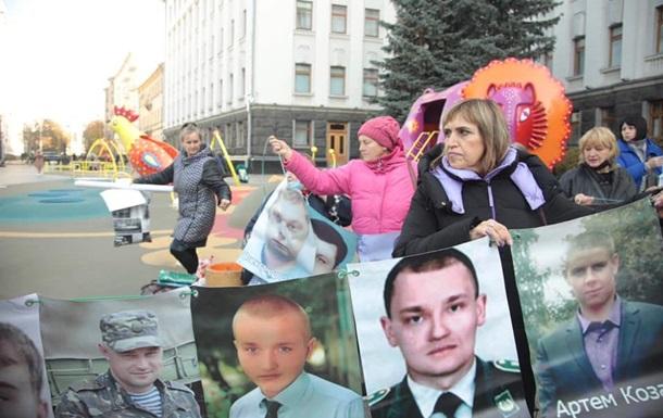 У Києві рідні полонених створили  стіну надії
