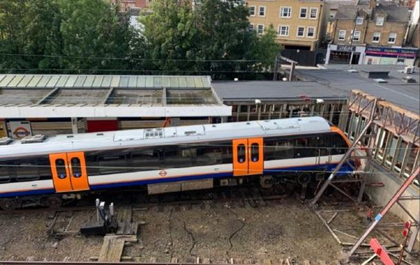 В Британии сошел с рельсов поезд, есть пострадавшие