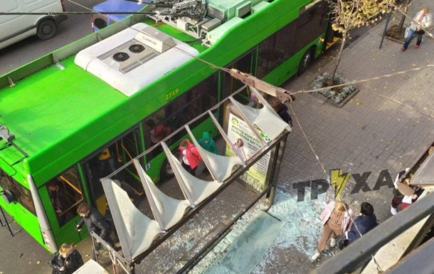 В Харькове троллейбус протаранил остановку
