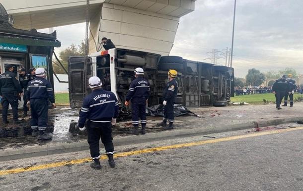 В Баку грузовик врезался в автобус, пять жертв