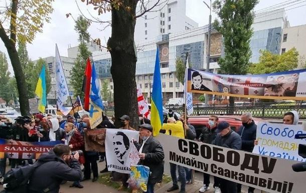 В Киеве у посольства Грузии митингуют сторонники Саакашвили