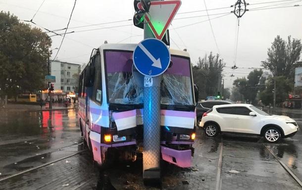 В Одессе маршрутка врезалась в столб, есть пострадавшие