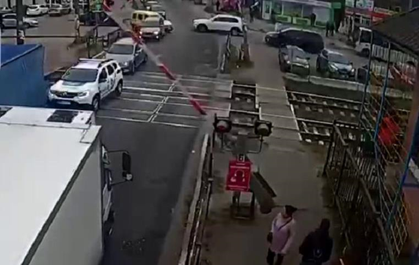 Під Києвом вантажівка біля поліції збила шлагбаум