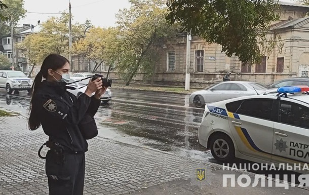 В Одессе иностранец на остановке изрезал девушку и мужчину
