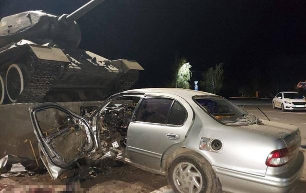 Під Одесою водій влетів у постамент з танком і загинув