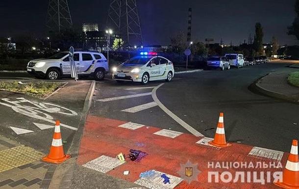 В Киеве пьяный водитель грузовика сбил двух человек