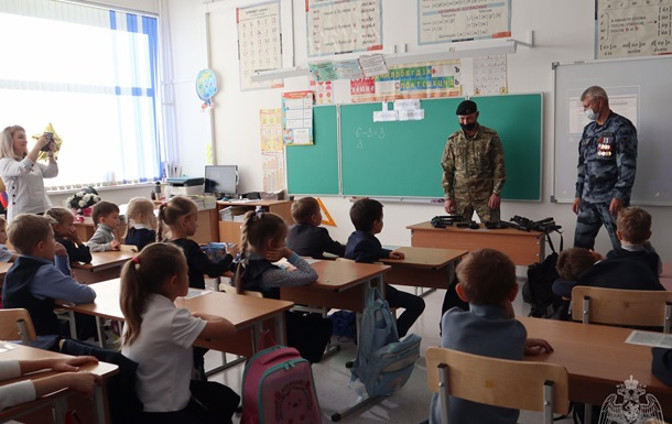 Урок безопасности: росгвардейцы дали детям боевое оружие