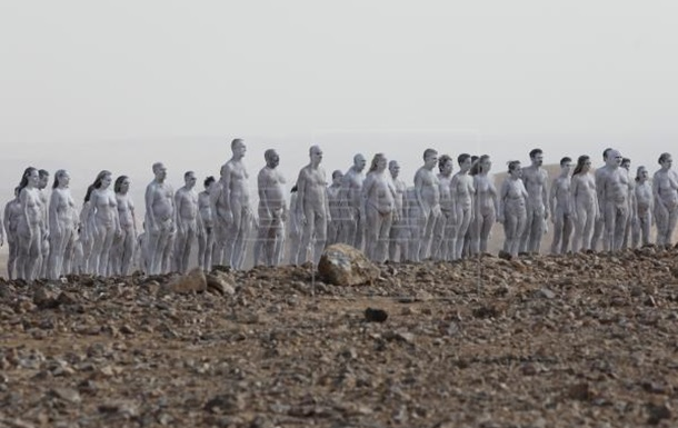 Біля берега Мертвого моря влаштували голу фотосесію