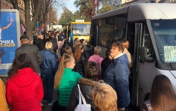 В Запорожье после попадания в красную зону возник транспортный коллапс
